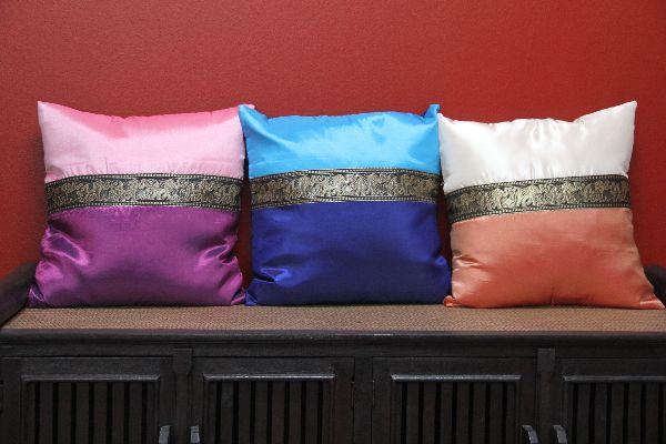 eleganter thail ndischer kissenbezug mit stickereien und. Black Bedroom Furniture Sets. Home Design Ideas