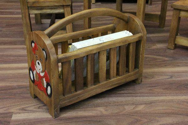 zeitungsst nder aus massivholz mit geschnitztem b renmotiv aus thailand. Black Bedroom Furniture Sets. Home Design Ideas
