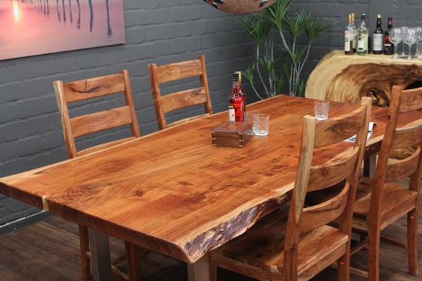 Massiver Designer Esstisch aus Suarholz mit Baumkanten – polierte