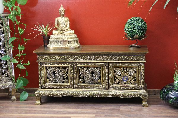 sideboard im orientalischen stil mit reichen verzierungen. Black Bedroom Furniture Sets. Home Design Ideas