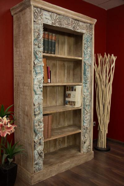 Indisches Massivholz Bücherregal mit Schnitzereien - Gekälkt