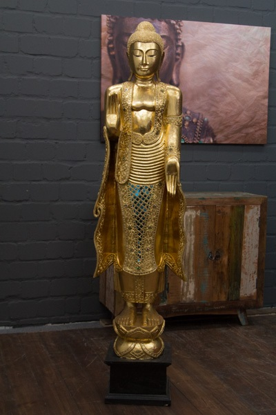 gro e stehende buddha statue aus massivholz in gold. Black Bedroom Furniture Sets. Home Design Ideas