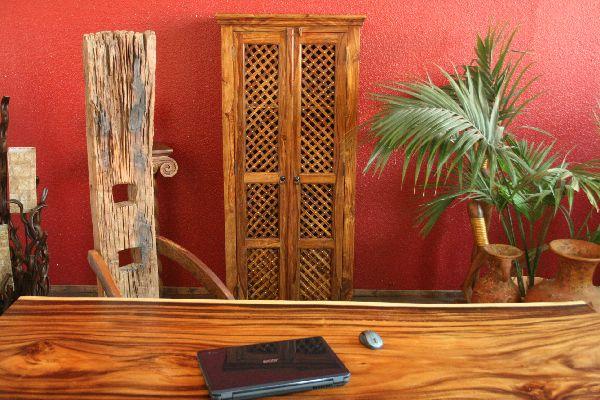 sheesham kleiderschrank aus massivholz honigfarben. Black Bedroom Furniture Sets. Home Design Ideas