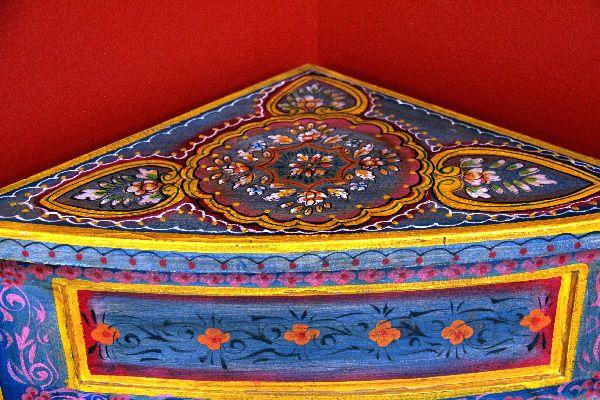eckschrank kolonial eckkommode bemalt bunt holz indien 122x42. Black Bedroom Furniture Sets. Home Design Ideas