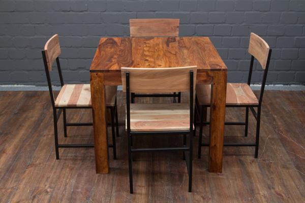 Quadratischer Esstisch aus Massivholz in Honigfarben. Nr. 16500