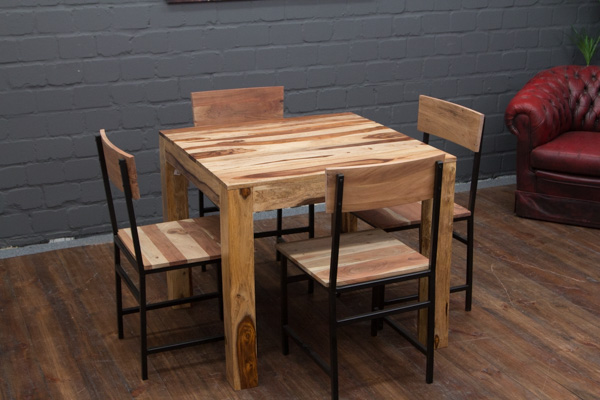 Quadratischer Esstisch aus Massivholz in Braun Creme. Nr. 16501