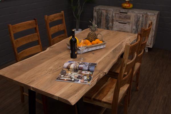 Aufgrund Der Einzigartigen Tischplatte Aus Individuellen Suar Baumstamm  Planken Ist Dieser Naturbelassene Massivholz Esstisch Ein Unikat.