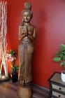 Lebensgroße Massivholz Statue aus Thailand mit Willkommensgeste. Nr.10929