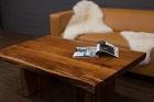 Massivholz Couchtisch mit Baumkanten und Holzbeinen aus Suar. Nr.17203