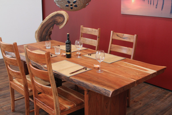 suar esstisch aus massivholz mit baumstamm planken. Black Bedroom Furniture Sets. Home Design Ideas