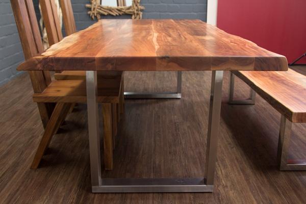 massivholz esstisch mit baumstamm planken und metallbeinen matt. Black Bedroom Furniture Sets. Home Design Ideas