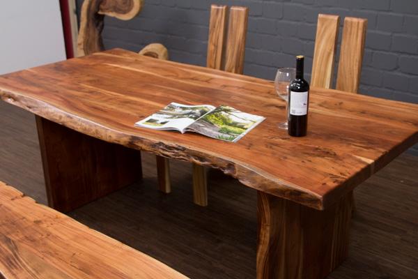 massivholz esstisch aus baumstamm planken mit holzbeinen. Black Bedroom Furniture Sets. Home Design Ideas