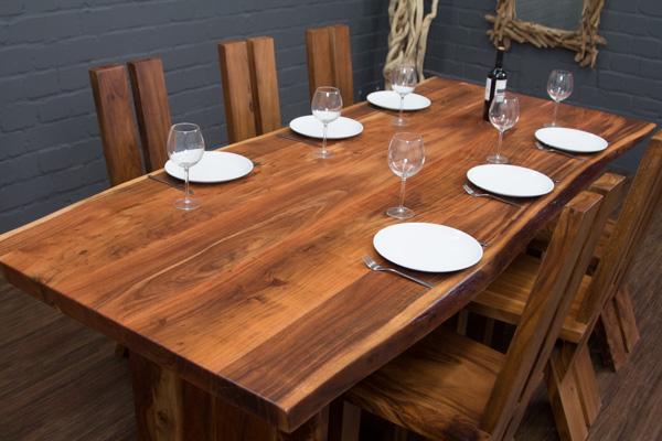 esstisch aus baumstamm planken mit massivholz beinen. Black Bedroom Furniture Sets. Home Design Ideas