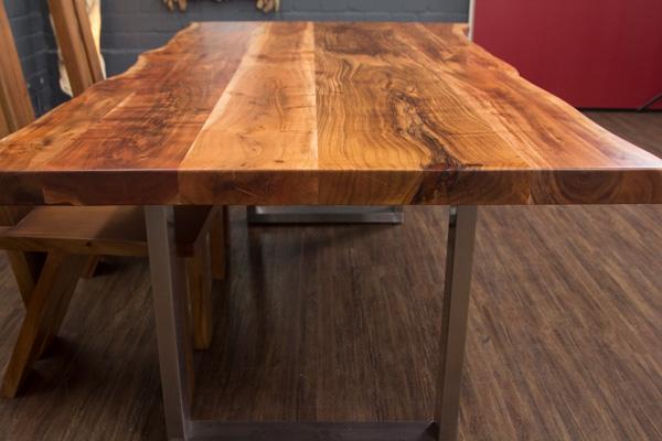 massivholz esstisch aus baumstamm planken mit metall. Black Bedroom Furniture Sets. Home Design Ideas