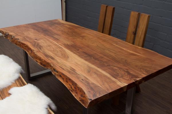 massivholz esstisch aus baumstamm planken mit metall beinen matt