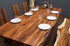 Massivholz Esstisch mit Baumstamm Planken und Holzbeinen. Nr.17464