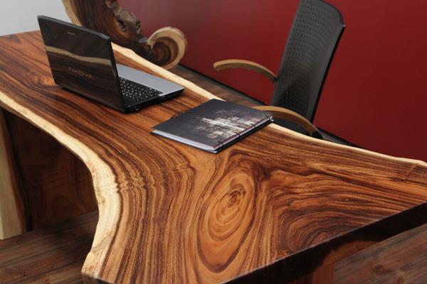 Luxus schreibtisch aus einem massivholz suar baumstamm nr for Exklusive couchtische
